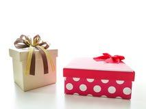 Decorazioni del contenitore di regalo con il nastro dell'oro Immagine Stock Libera da Diritti