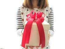Decorazioni del contenitore di regalo con il nastro rosso Immagine Stock Libera da Diritti