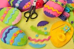 Decorazioni del feltro di Pasqua di fai-da-te Immagini Stock