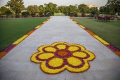Decorazioni del fiore sulla strada in India immagine stock