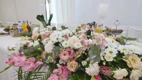 Decorazioni del fiore sulle tavole di nozze fotografia stock libera da diritti