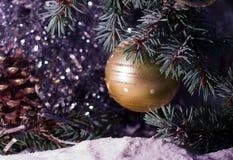 Decorazioni del giocattolo della palla dell'oro sull'albero Fotografia Stock Libera da Diritti