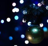 Decorazioni del giocattolo della palla dell'oro sull'albero Immagini Stock