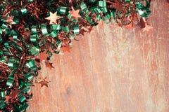 Decorazioni del lamé di Natale sul legno con lo spazio della copia annata Fotografie Stock