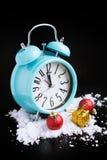 Decorazioni del nuovo anno e della sveglia fotografia stock libera da diritti