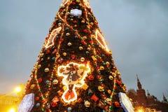 Decorazioni del nuovo anno e di Natale 2019 sul quadrato rosso a Mosca immagine stock libera da diritti