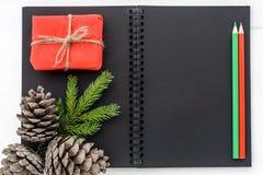 Decorazioni del nuovo anno e di Natale - taccuino aperto dello spazio in bianco, regali, immagine stock