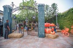 Decorazioni del posto di visita della gente nello stile di Halloween Immagini Stock