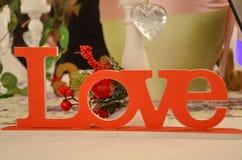 Decorazioni del segno di amore sulla tavola di nozze fotografia stock libera da diritti