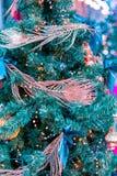 Decorazioni dell'albero di Natale Albero di Natale con i bei giocattoli brillanti Concetto di vacanze invernali Immagine Stock