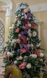 Decorazioni dell'albero di Natale con la ghirlanda, i fiori ed i semi Immagini Stock