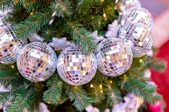 Decorazioni dell'albero di Natale Albero di Natale con le belle palle brillanti Concetto di vacanze invernali Fotografia Stock