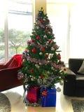 Decorazioni dell'albero di Natale e scatole attuali Fotografia Stock