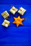 Decorazioni dell'albero di natale quali i presente e la stella dorati Fotografia Stock