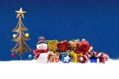 Decorazioni della bambola e di natale del pupazzo di neve Fotografie Stock