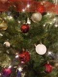 Decorazioni della palla di natale bianco e di rosso Immagini Stock Libere da Diritti