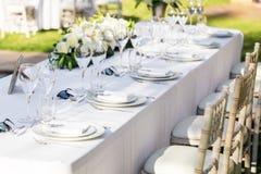 Decorazioni della Tabella della sede, di evento o di nozze Utensili dei piatti dei fiori Immagini Stock Libere da Diritti