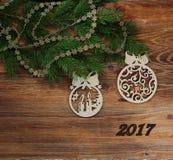 DECORAZIONI DI CHRISTMAS-TREE CON L'ISCRIZIONE 2017 fotografia stock libera da diritti
