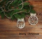 DECORAZIONI DI CHRISTMAS-TREE SULL'ABETE FESTIVO CON L'ISCRIZIONE DEL BUON NATALE immagine stock libera da diritti