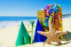 Decorazioni di compleanno sulla spiaggia fotografia stock libera da diritti