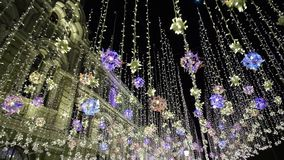 Decorazioni di inverno del nuovo anno di illuminazione di Natale, notte che splende via pedonale in città concentrare, luci inten archivi video