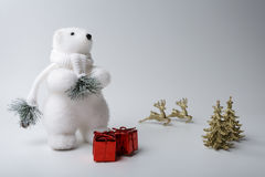 Decorazioni di inverno e di natale dell'orso polare su fondo bianco Fotografia Stock Libera da Diritti