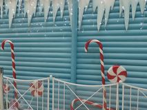Decorazioni di inverno di Natale: ghiaccioli, bastoncini di zucchero e contenitori di regalo immagine stock