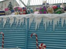 Decorazioni di inverno di Natale: ghiaccioli, bastoncini di zucchero e contenitori di regalo fotografia stock