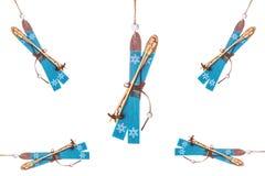 Decorazioni di legno di corsa con gli sci della montagna dei giocattoli di Natale isolate Fotografia Stock