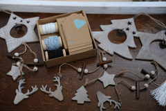 Decorazioni di legno di Natale fatte a mano Testa di un cervo, degli alberi di Natale e delle stelle Scatola di Kraft con i nastr Fotografie Stock