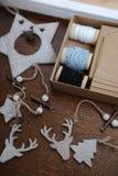 Decorazioni di legno di Natale fatte a mano Testa di un cervo, degli alberi di Natale e delle stelle Scatola di Kraft con i nastr Fotografia Stock