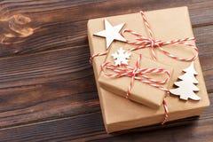 Decorazioni di legno di Natale con i fiocchi di neve, le stelle bianche e gli alberi di natale su un fondo dei bordi di legno anz Fotografia Stock Libera da Diritti