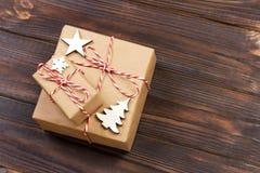 Decorazioni di legno di Natale con i fiocchi di neve, le stelle bianche e gli alberi di natale su un fondo dei bordi di legno anz Immagine Stock Libera da Diritti