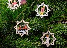 Decorazioni di legno scolpite fatte a mano di Natale su un albero al Ch Fotografie Stock Libere da Diritti