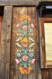 Decorazioni di legno tradizionali in alpi svizzere Immagine Stock