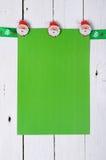 Decorazioni di Natale: Carta in bianco che appende su un nastro sul corteggiare Fotografia Stock Libera da Diritti