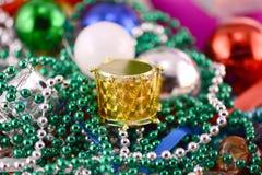 Decorazioni di Natale, carta dell'invito del nuovo anno, tamburi, perle e palle di natale Fotografia Stock Libera da Diritti
