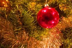 Decorazioni di Natale che appendono su un albero di Natale Immagine Stock