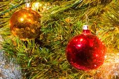 Decorazioni di Natale che appendono su un albero di Natale Immagini Stock Libere da Diritti