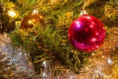 Decorazioni di Natale che appendono su un albero di Natale Fotografia Stock