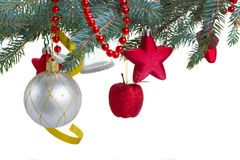 Decorazioni di Natale che appendono sull'albero di abete Fotografia Stock Libera da Diritti