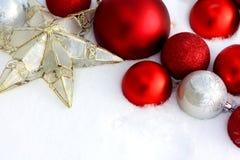 Decorazioni di Natale che incorniciano il fondo della neve Immagine Stock