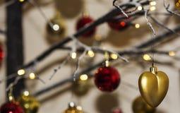 Decorazioni di Natale che pendono dall'albero di Natale contemporaneo Fotografia Stock
