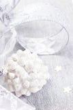 Decorazioni di Natale con la pigna bianca, le stelle d'argento ed il si Immagini Stock Libere da Diritti