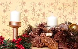 Decorazioni di natale con le candele, pini del cono Fotografia Stock Libera da Diritti