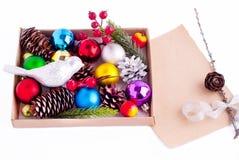 Decorazioni di Natale - coni, palle, bacche e carta Fotografie Stock