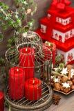 Decorazioni di Natale, contenitore di regalo, candele rosse, biscotti, dadi Fotografie Stock