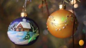 Decorazioni di natale Due palle con imitazione di neve di caduta video d archivio