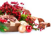 Decorazioni di Natale e contenitore di regalo Fotografie Stock Libere da Diritti