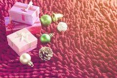 Decorazioni di Natale e contenitori di regalo sul tappeto rosso Immagine Stock Libera da Diritti